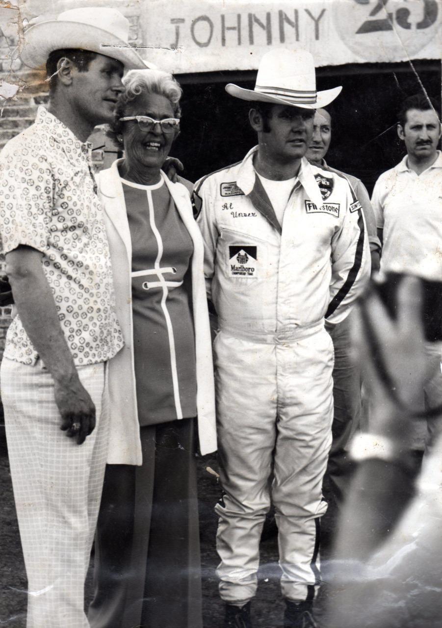 Los hermanos Al y Bobby Unser junto a madre Mary en Rafaela