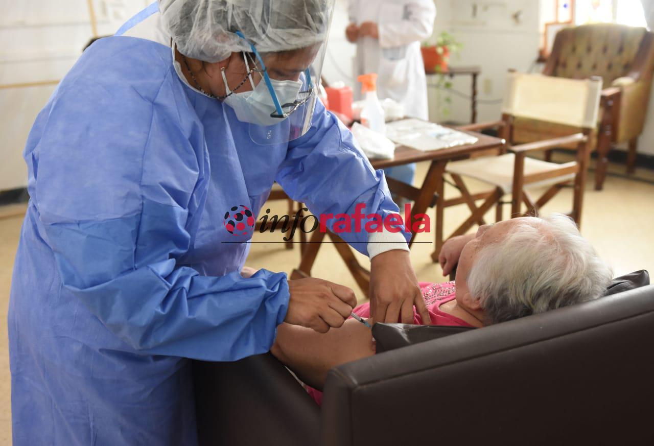 Vacunación a adultos mayores y residentes de geriátricos